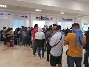 """Envían """"SOS"""" turistas peruanos varados en Aeropuerto de Cancún"""