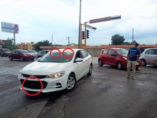 Ajustadores de seguros violan reglamento de Tránsito; traen carro sin placas y estrobos policial