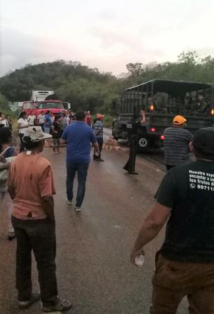 Bloquean campesinos carretera por falta de pago del Ayuntamiento; provocaron gran afectación vehicul