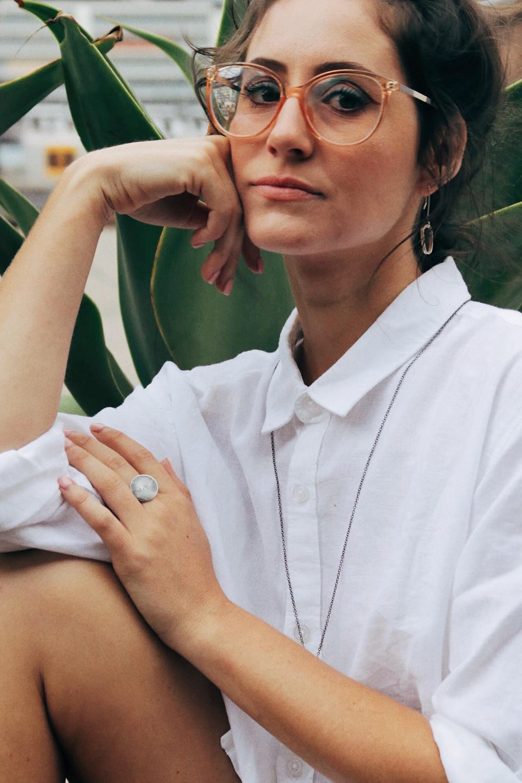 Paloma veste Sea Plate Ring, Plutonic Hoop Earrings e Zodiac Necklace