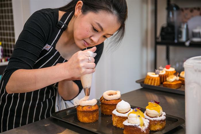 Jasmine-decorating-mini-cakes-2