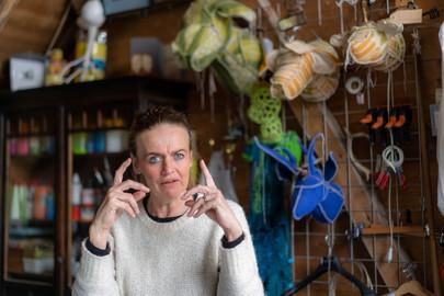 Maaike in het atelier van Margot Brekelmans