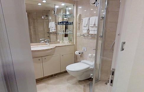Seven Seas Suite (fwd) Bathroom
