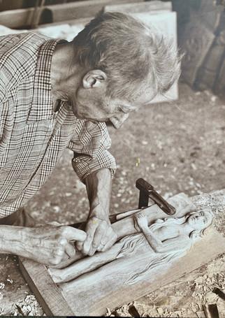Le grand père d'Aymery sculpteur sur bois dans son atelier en Bretagne, à Landivisiau.