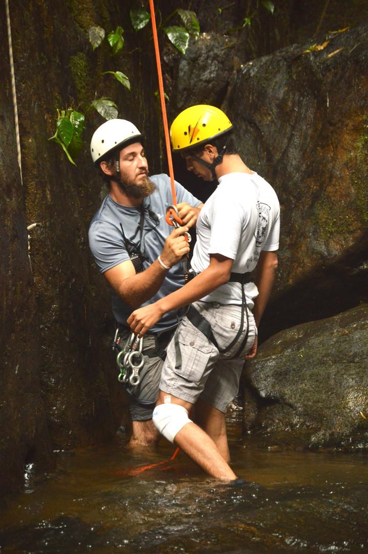 Segundo instrutor de baixo, faz a recepção no final do Rapel e acompanha até a cachoeira e na saída do cânion.