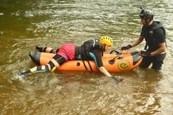 treinamento da instrução na água 15 minutos, passando técnicas básica para iniciantes.