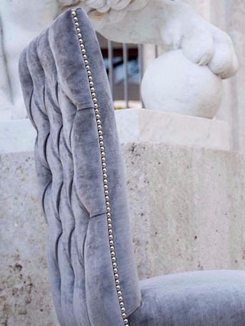ALICIA Silla con respaldo alto tapizada con capitone artesanal y tachuelas