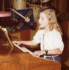 Sabine Hermann als Kind an der Orgel.jpg