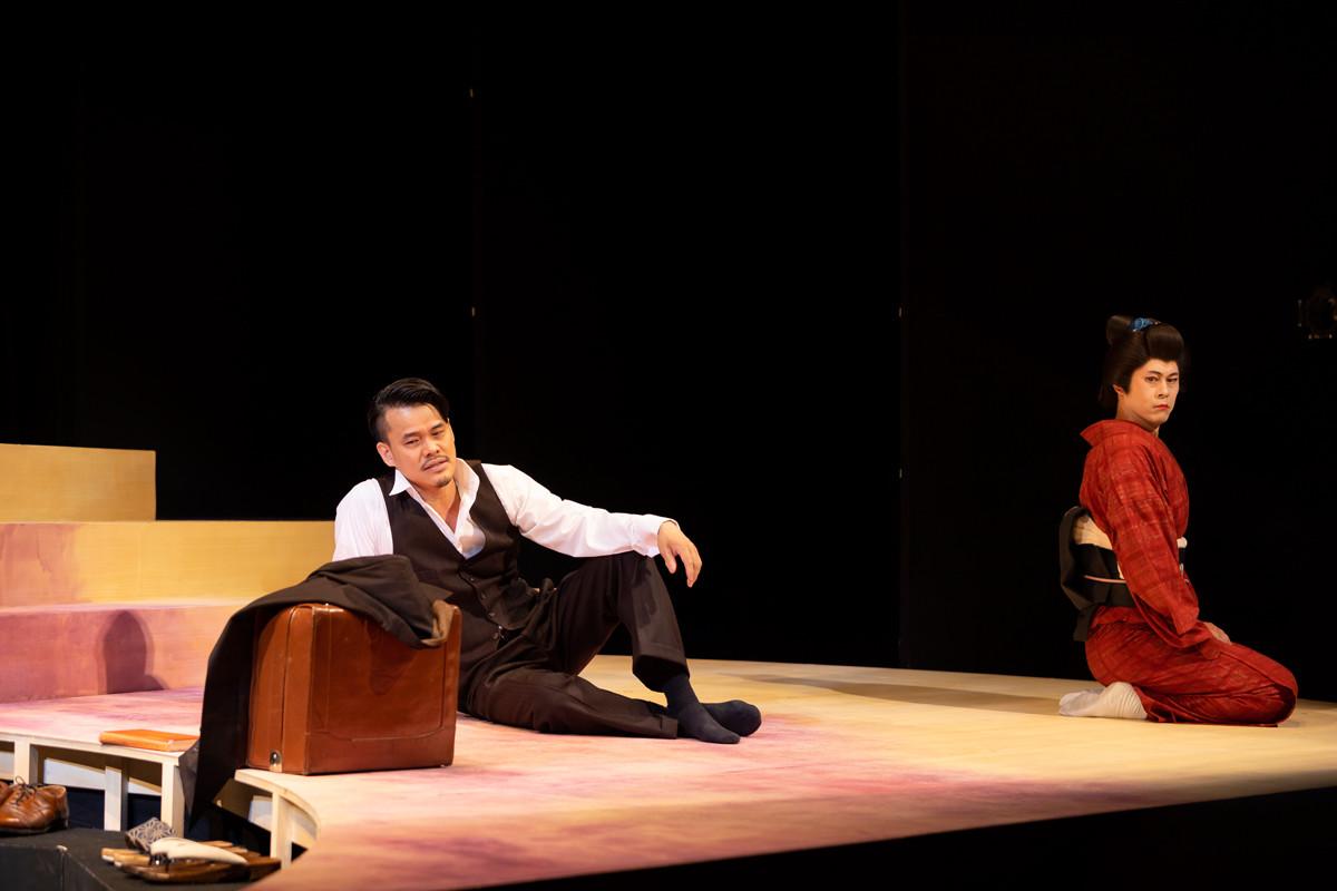 『渡りきらぬ橋』の舞台 左より内田健介、筑波竜一