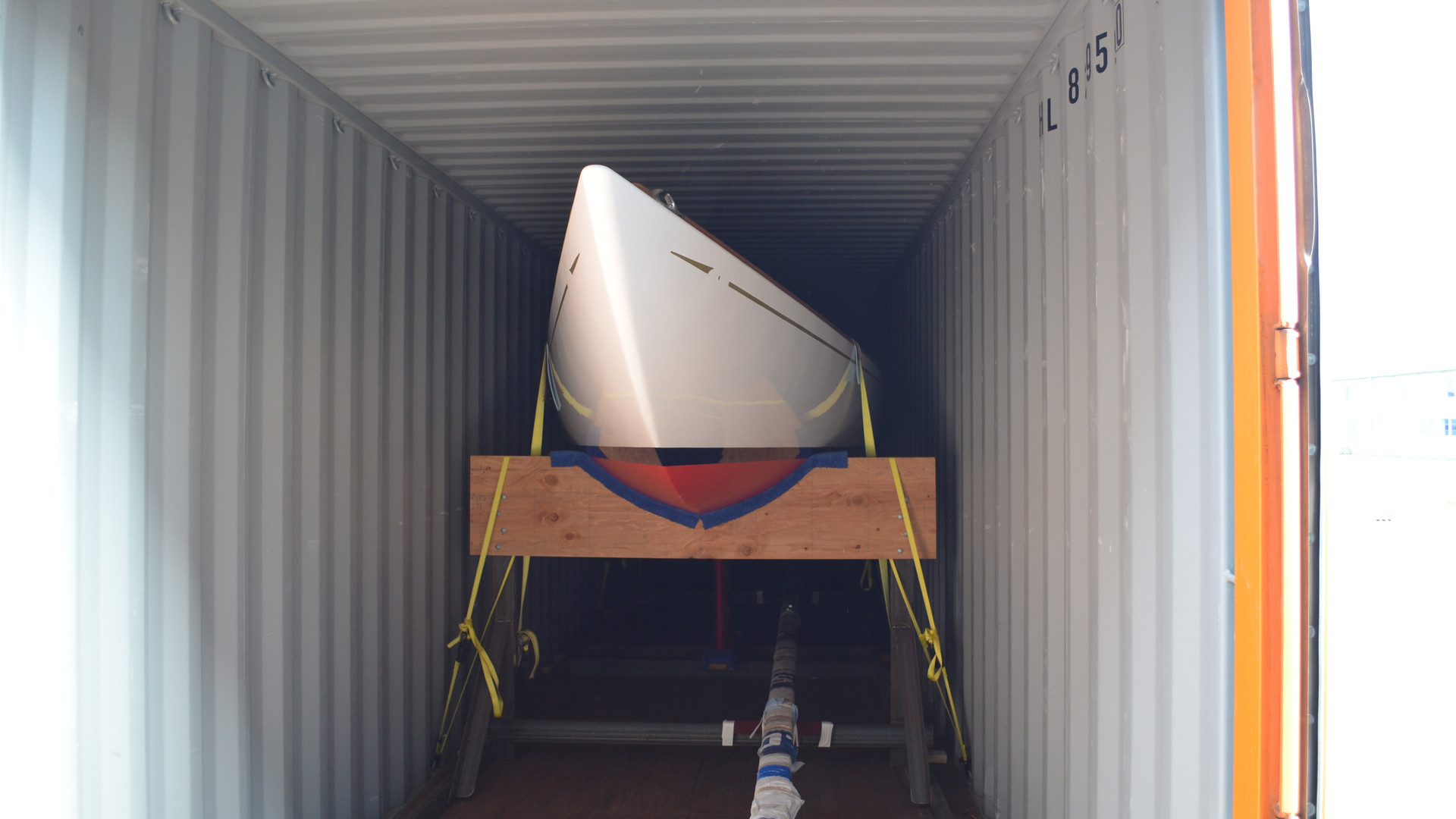 Hood 32 on trailer fits perfectly in a container en route to the Netherlands.