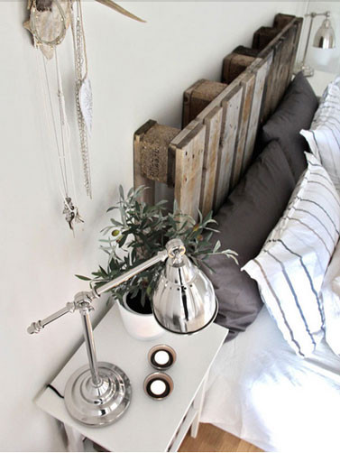 tete-de-lit-realisee-avec-deux-palettes-bois-brut.jpg