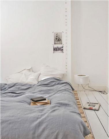 decoration-chambre-lit-palette-bois-couleur-gris-blanc.jpg