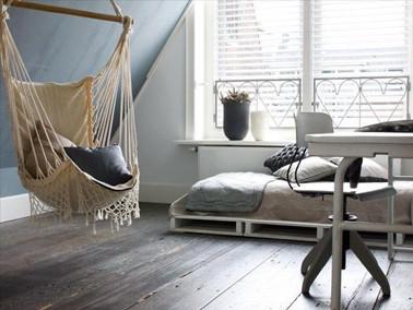 lit-en-palette-bois-dans-chambre-etudiant-avec-hamac.jpg