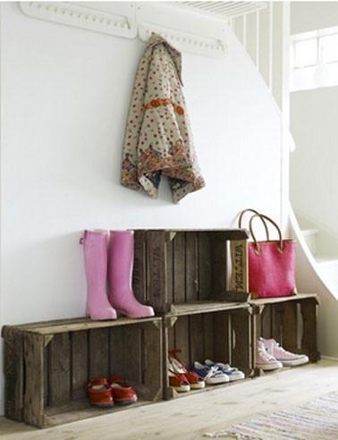 idee-rangement-chaussures-sous-escalier-en-caisse-bois.jpg
