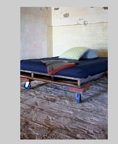 lit-avec-palette-bois-couleur-bleu-rouge-avec-roulettes.jpg