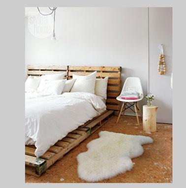 decoration-chambre-blanc-et-bois-lit-palette-bois.jpg