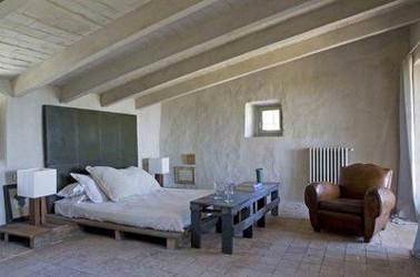 lit-palette-bois-et-console-pied-de-lit-assorti-dans-chambre-adulte.jpg