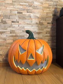 今年もハロウィンの準備が始まっています。注文しておいた大きなパンプキンが届いています。 デコレーションをお楽しみに。