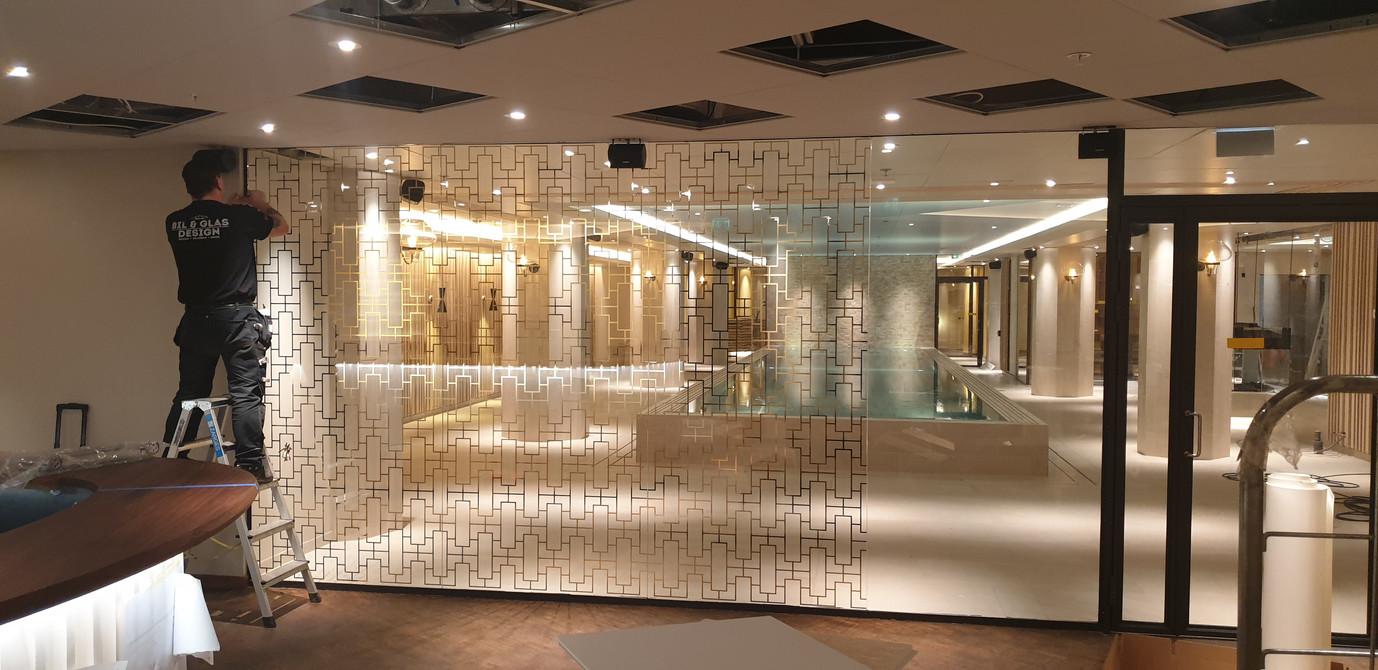 Montering av guldig glasdekor