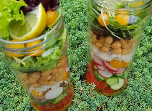 """Салат в стиле """"Mason jar"""" с сорго и заправкой из куркумы"""