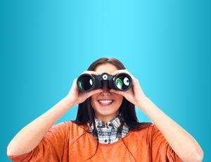 Mujer sostiene binoculares