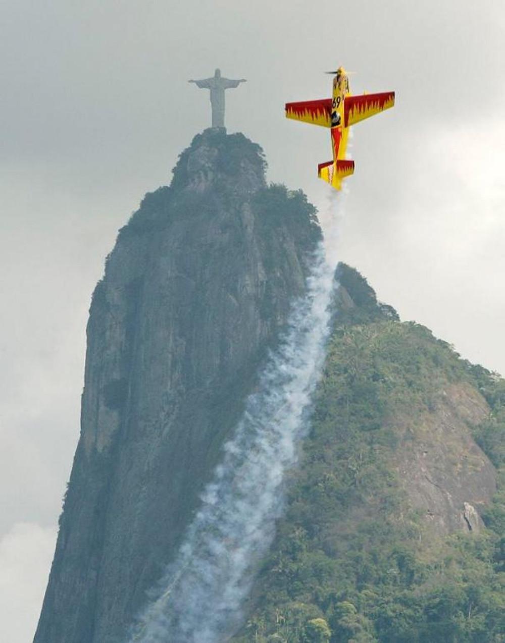 Airplane mimics a statue