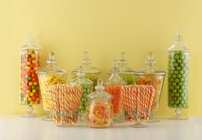Caramelos en jarros grandes