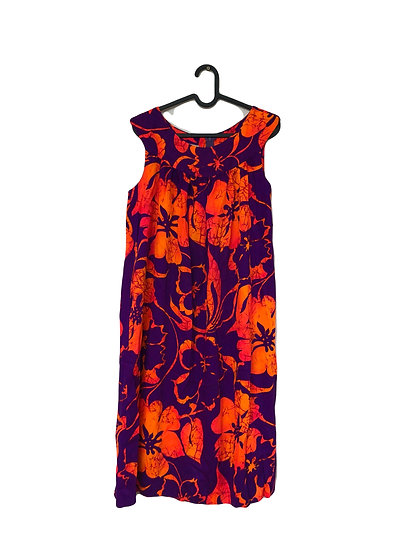 Violettes Kleid mit orangefarbenen Blüten