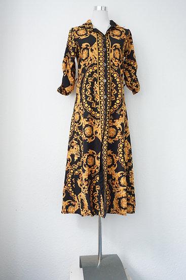 Schwarzes Kleid mit gelbem Chakra-Motiv