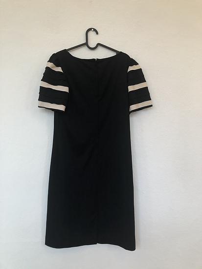 Schwarzes Kleid mit cremefarbigen Streifen
