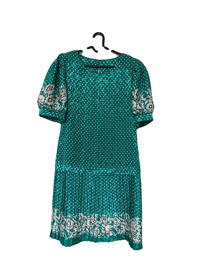 Grünes Kleid mit weißen Punkten und Blumen