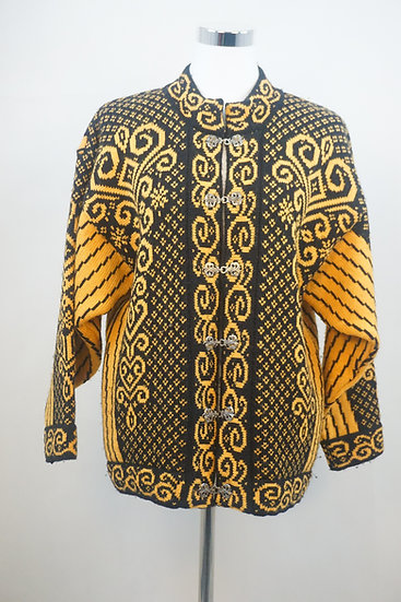 Schwarzer Pullover mit gelben Ornamenten