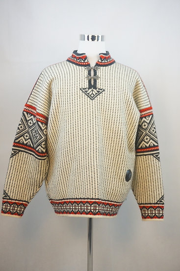 Traditioneller norwegischer Pullover mit Ornamenten
