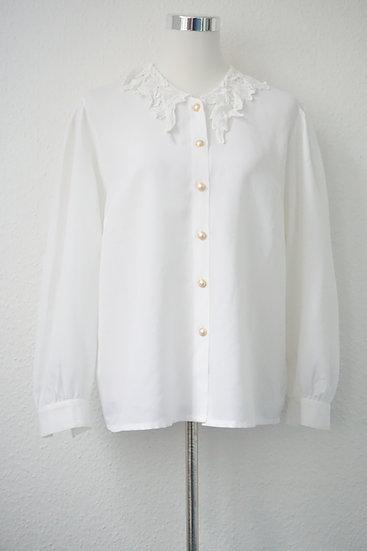 Weiße Bluse mit blumenverziertem Kragen