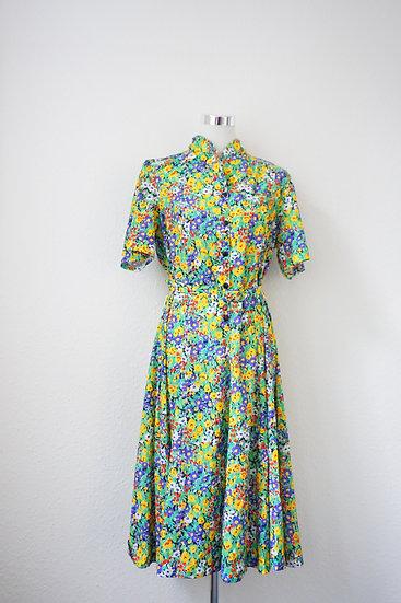 Grünes Kleid mit bunten Blumen