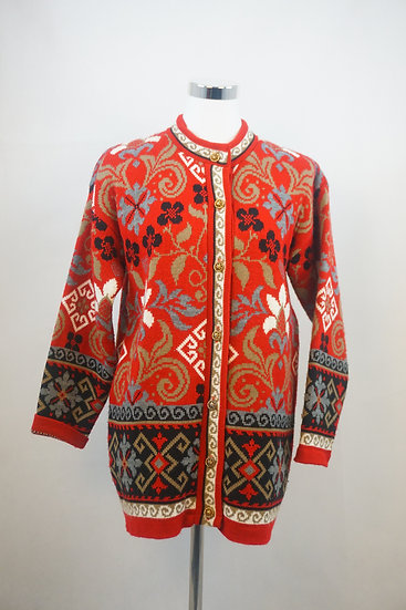 Roter Pullover mit Blumenornamenten