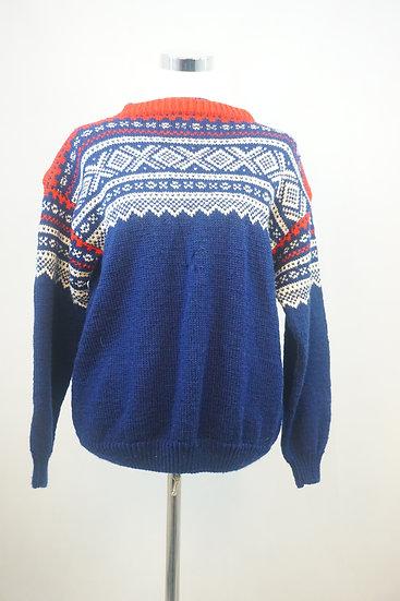 Blauer Pullover mit weißen Ornamenten im Norweger - Style