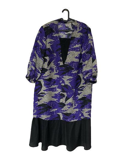 Schwarzes Kleid mit lila und grauem Muster