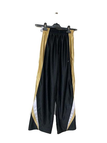 Schwarze Nike Sporthose mit goldenen und weißen Seitenstreifen