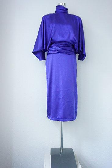 Blaues Kleid mit offenem Rücken