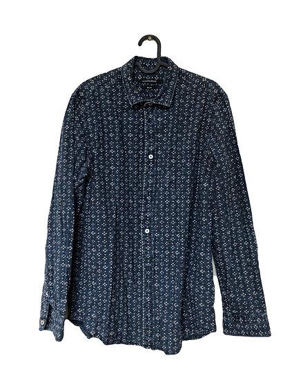 Blaues Hemd mit beiges Muster