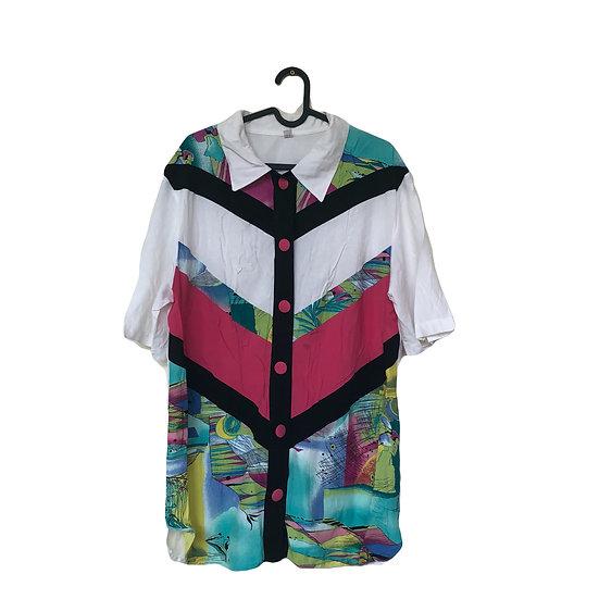 Bluse mit buntem Muster und rosa Knöpfen
