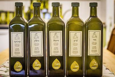 """חמישה בקבוקים מזכוכית של שמן זית כתית עולה של משק חר""""ג. זן סורי, זן לצ'ינו, זן פיקואל, זן פישולין וזן קורטינה"""