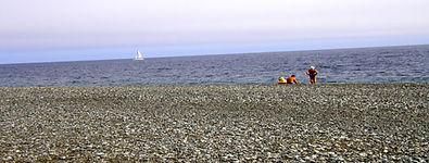 огромный галечный пляж в бухте Орлан