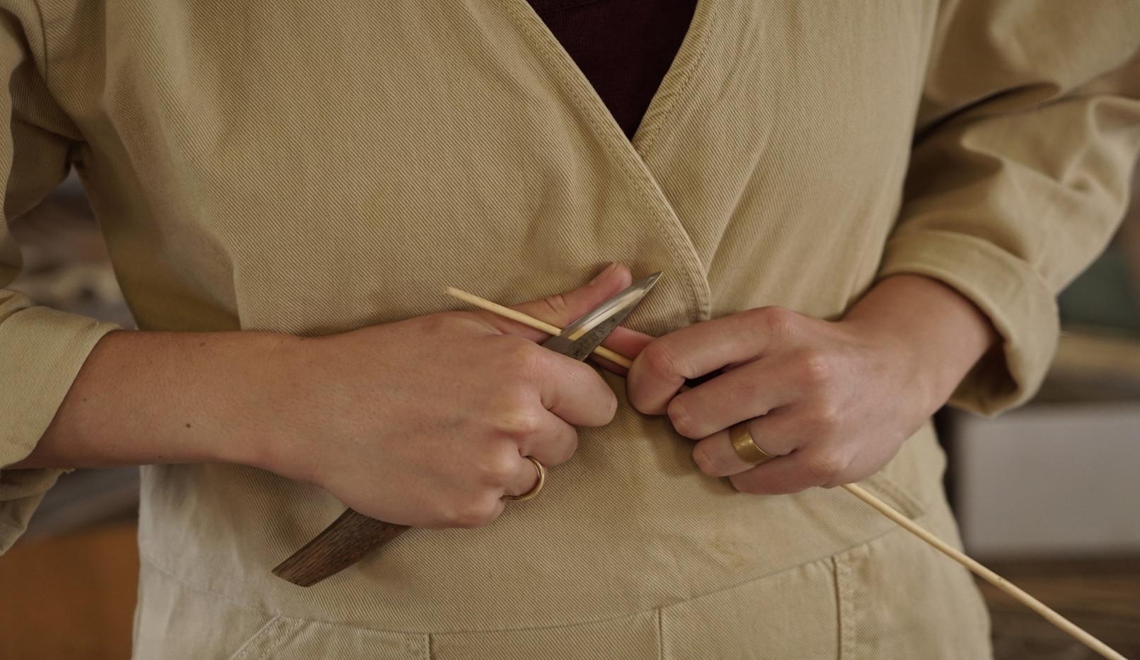 Anschalmen einer Weidenrute um sie anschließend zu spalten