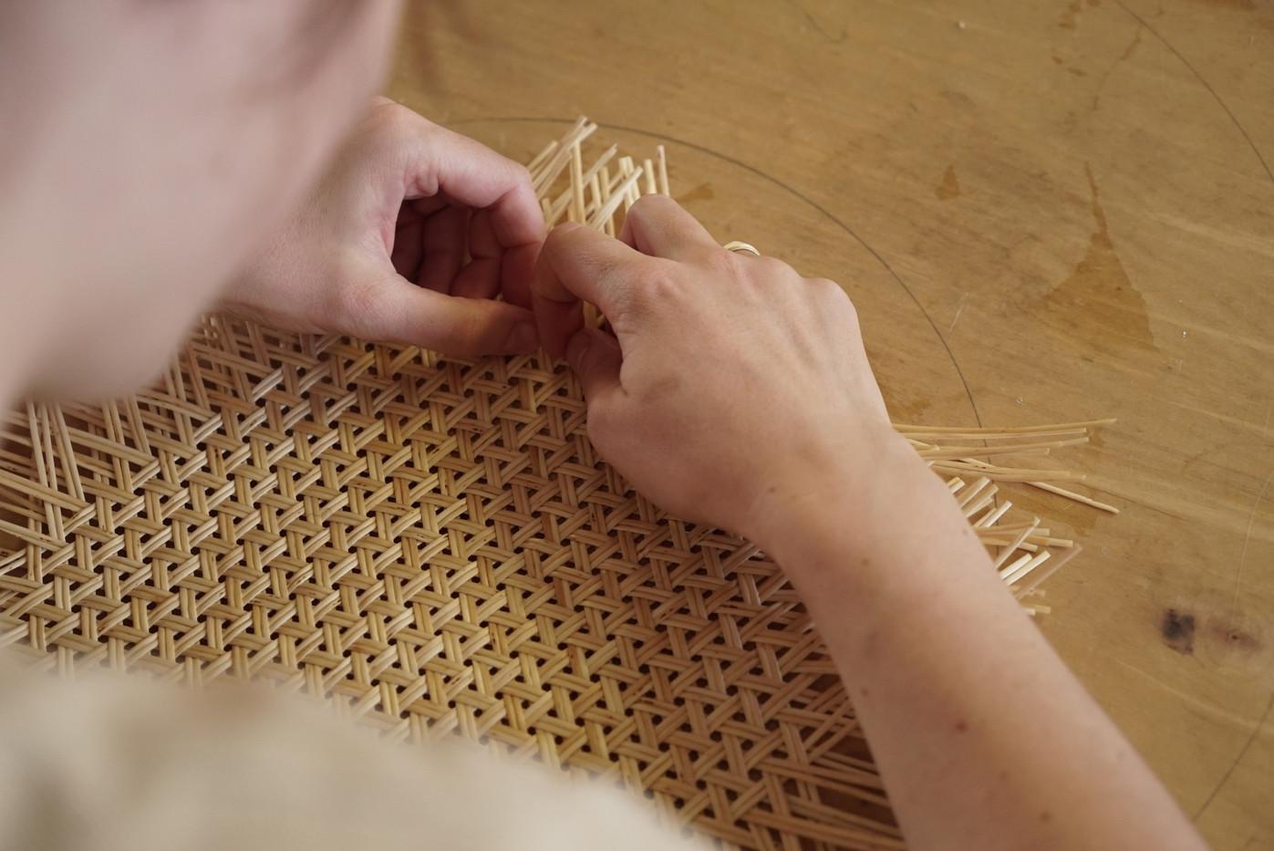 Flechten eines zweiweidigen Mad Weave aus Weidenschienen