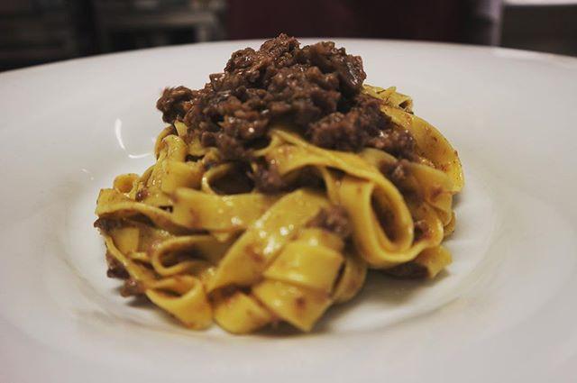 Fettuccine di pasta fresca al ragù di le