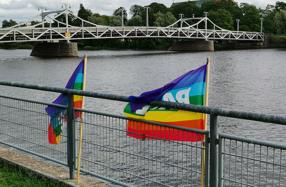Kuvassa kaksi rauhanlippua sillankaiteella.