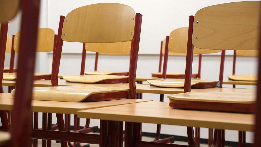 Luokkahuoneen tuoleja.