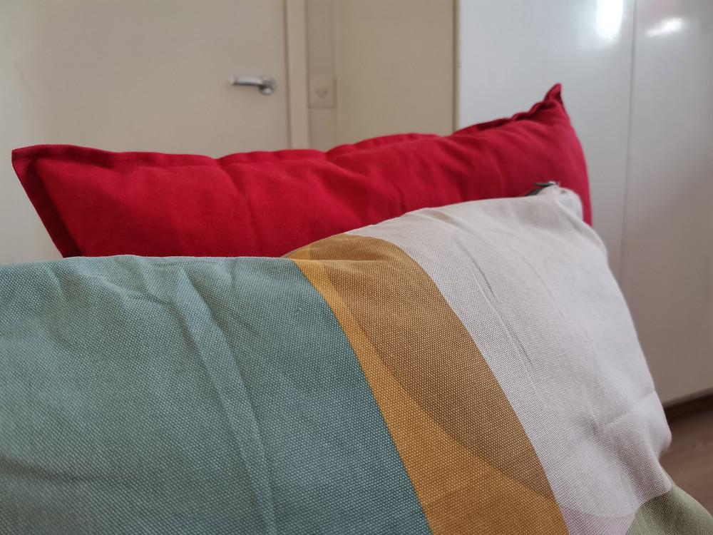 Kuvassa kaksi sohvatyynyä.